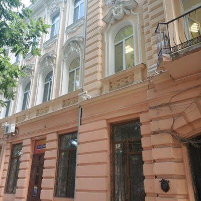 2-комнатная квартира на Александровском проспекте в крепком доме с красивым балконом